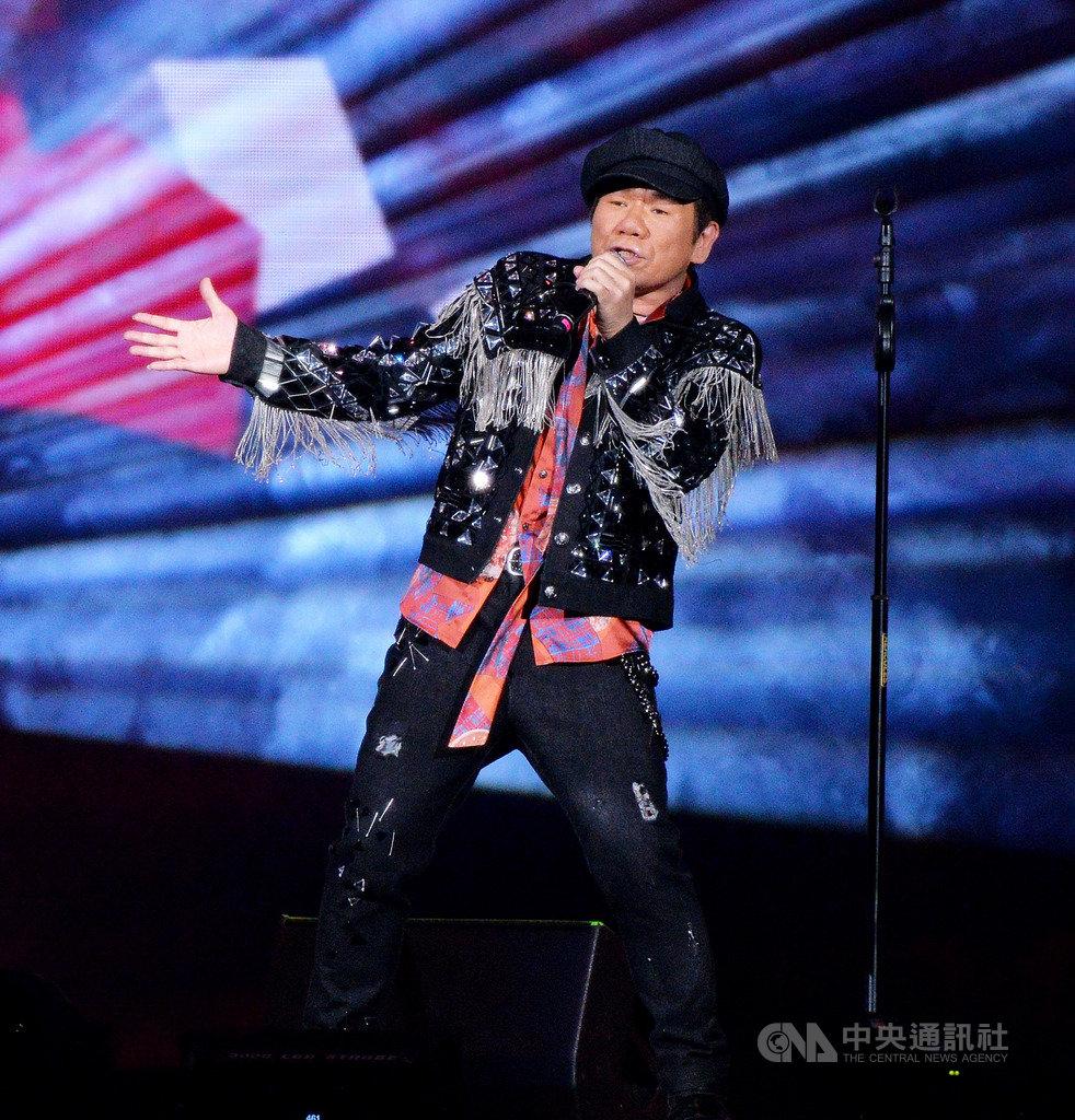 資深實力派歌手趙傳17日晚間在台北小巨蛋開唱,以黑色皮衣勁裝的「不老男孩」模樣登場,高亢嗓音征服全場。(開麗娛樂提供)中央社記者陳政偉傳真 108年8月17日
