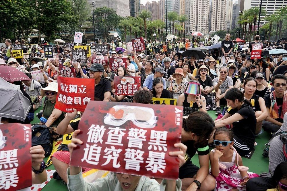 香港民陣召集人18日晚間表示,民陣將於31日再舉辦遊行。圖為18日下午在港島維多利亞公園舉行的「反送中」集會。(共同社提供)