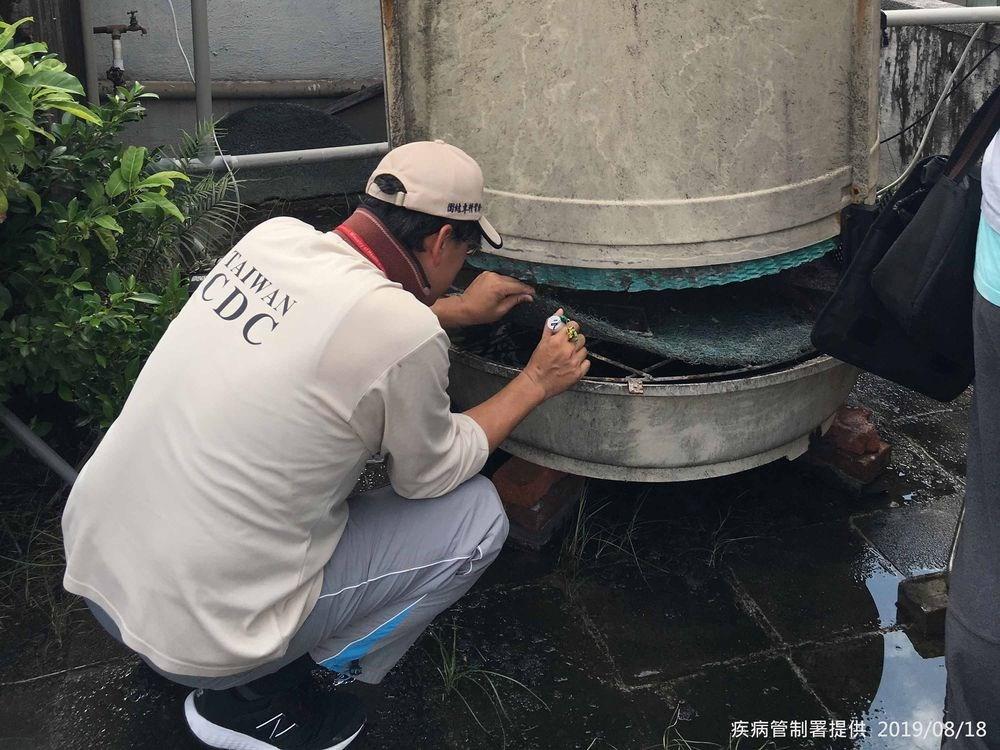 衛生福利部疾病管制署18日公布,台北市出現108年首例本土登革熱病例,提醒民眾應注意防蚊。圖為防疫人員前往大安區查核病媒孳生源。(疾管署提供)中央社記者陳偉婷傳真 108年8月18日
