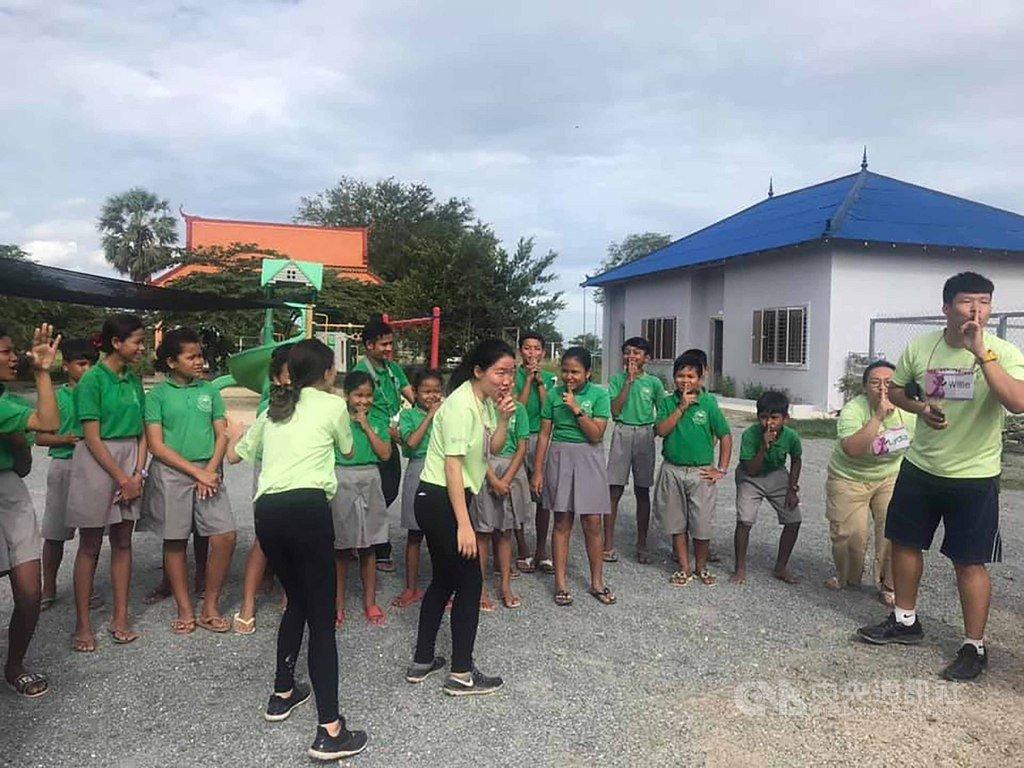 文藻外語大學「USR國際醫療志工團」在8月4日出發到柬埔寨茶膠省(Takeo),停留2週的時間,服務Putsor地區5個國小將近450位學童。(文藻外語大學提供)中央社記者呂欣憓曼谷傳真 108年8月18日