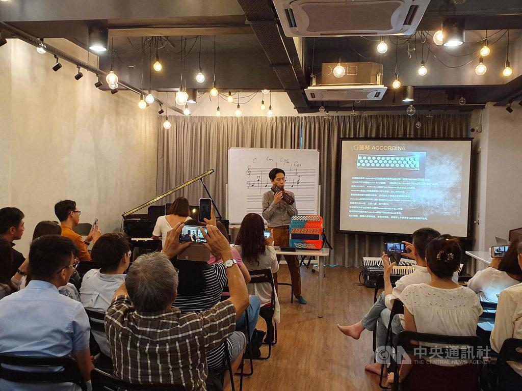 「Tea Philo哲學茶席」18日舉辦手風琴入門工作坊,台灣手風琴音樂家蔡偉靖與民眾交流手風琴演奏與經驗。哲學茶席由駐馬來西亞台北經濟文化辦事處主辦。中央社記者郭朝河吉隆坡攝 108年8月18日