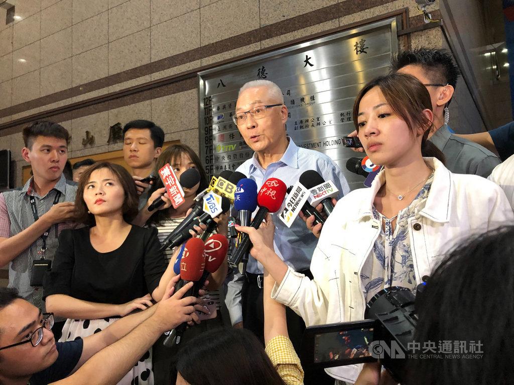 國民黨總統參選人韓國瑜18日與國民黨主席吳敦義會面,吳敦義(圖中講話者)表示,他跟韓國瑜、國民黨副主席曾永權對選情交換意見。中央社記者王承中攝 108年8月18日