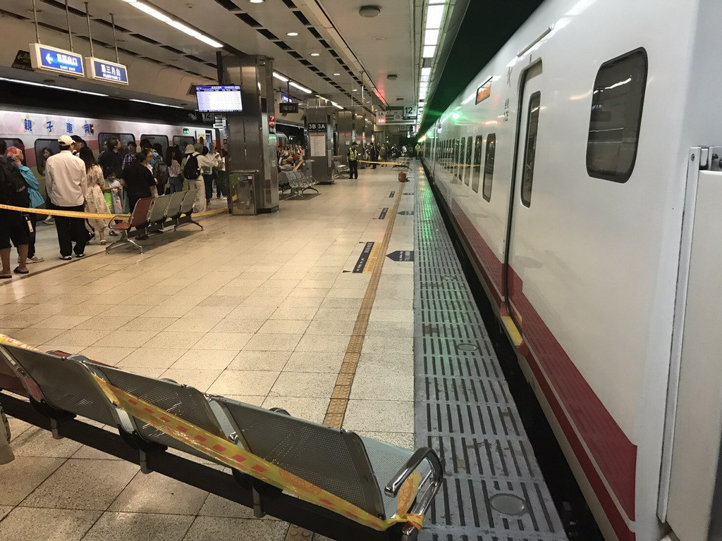 台鐵台北車站18日下午傳出男子落軌意外事件,警消獲報到場拉起警戒線處理。(民眾提供)中央社記者黃麗芸傳真 108年8月18日