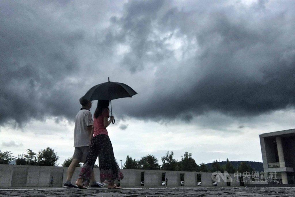 中央氣象局18日針對全台20縣市發出大雨或豪雨特報,受到西南風及對流雲系發展旺盛,易有短時強降雨,台灣各地及澎湖有局部大雨發生機率。中央社記者徐肇昌攝 108年8月18日