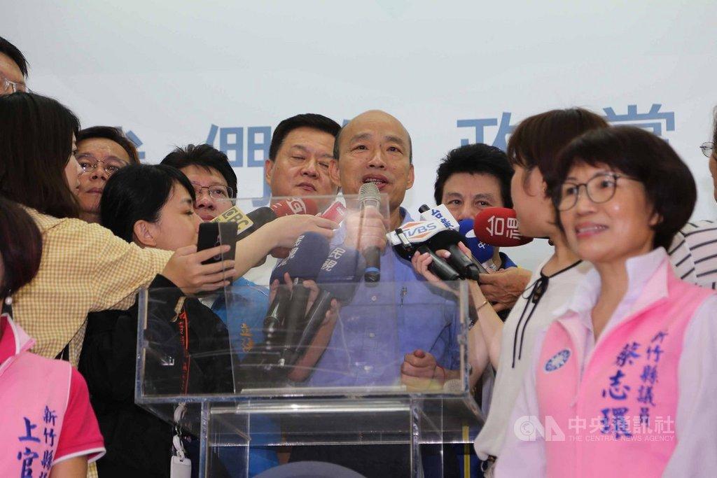 高雄市長韓國瑜(中)18日到國民黨新竹縣黨部拜訪時表示,美國在台協會(AIT)已正式提出歡迎,目前有些熱心好朋友正在居中安排協調,希望能在9、10月到美國訪問。中央社記者魯鋼駿攝 108年8月18日