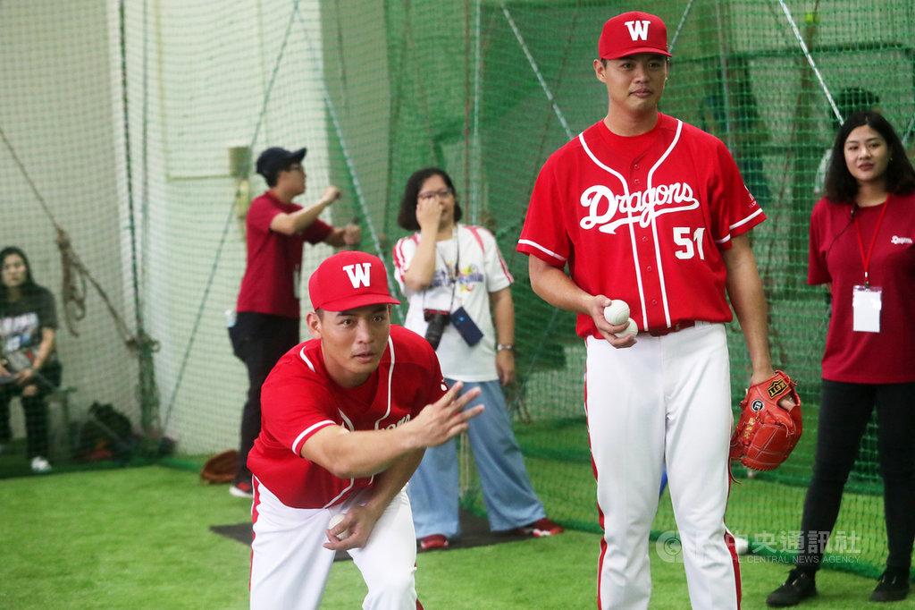 中華職棒味全龍隊開訓週系列活動,18日上午邀請隊員指導球迷打棒球,球員林旺衛(前左)、林旺億(前右)兄弟檔丟球給球迷練習接球。中央社記者吳家昇攝 108年8月18日