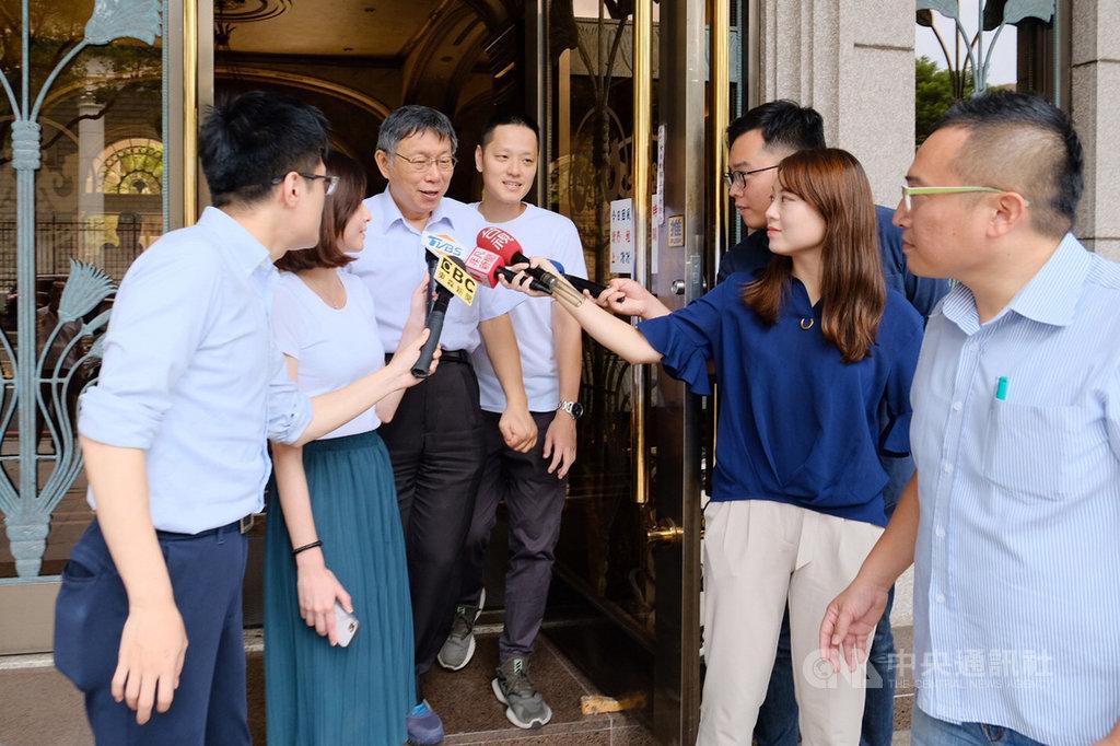 高雄市長韓國瑜18日建議台北市長柯文哲,收回日前說前立法院長王金平是狐狸一事。柯文哲(左3)表示,當事人都沒說話了,非當事人這麼激動。中央社記者吳睿騏桃園攝  108年8月18日