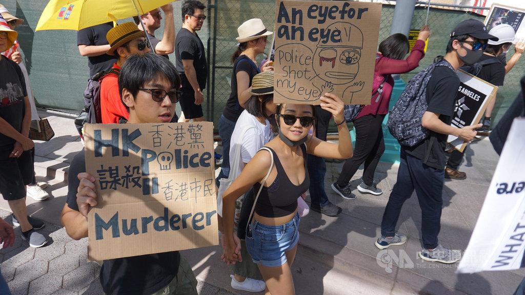 洛杉磯觀光勝地聖塔蒙尼加(Santa Monica)海灘的商店街上,300多名黑衣民眾17日上街遊行,高喊「光復香港,時代革命」、Free Hong Kong。中央社記者林宏翰洛杉磯攝 108年8月18日