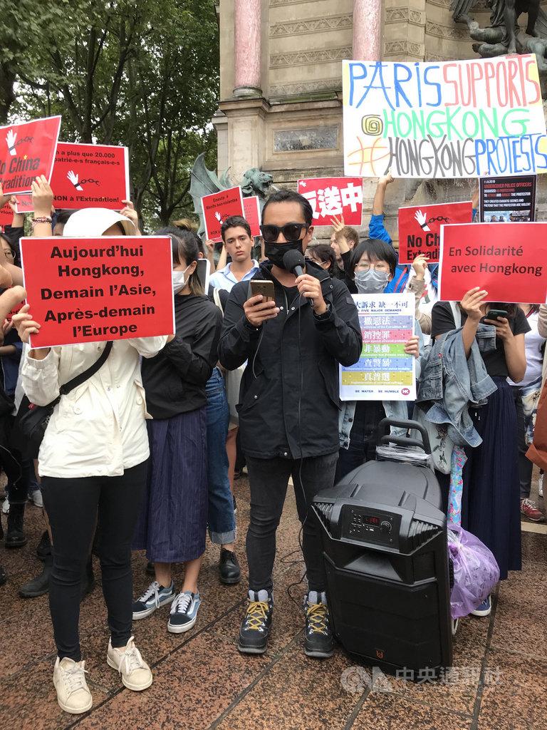 旅居巴黎的香港人集會支持香港「反送中」運動訴求,來自中國大陸的僑民也到場表達「香港屬於中國」等意見,雙方在小小的廣場上各據一方,難以有效交流。中央社記者曾依璇巴黎攝 108年8月18日
