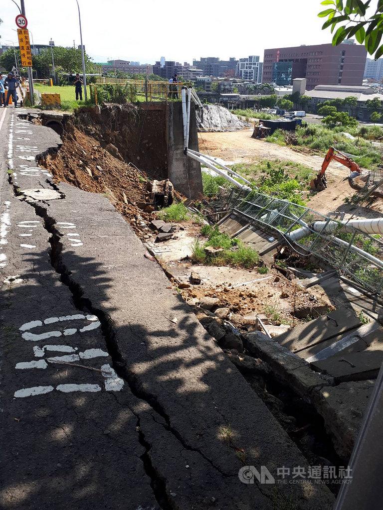 明志科技大學前方新北市南泰路疑擋土牆老舊發生坍塌,坍塌長度約50公尺,所幸無人傷亡。(翻攝畫面)中央社記者王鴻國傳真 108年8月18日