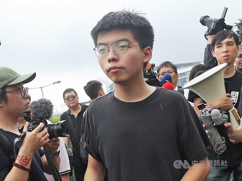 對於中國官媒指反送中抗爭帶有「顏色革命」色彩的說法,香港眾志祕書長黃之鋒(前中)說,「那樣的指責很沒有意思」,因為港人只是在爭取自由選舉的根本權利。(中央社檔案照片)