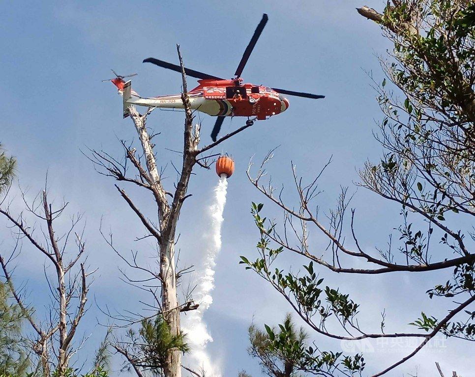 綠島15日中午發生山林大火,延燒27小時,燒掉28公頃林地撲滅後,17日晚間9時許再度復燃,空勤與森林救火隊再度出動滅火。中央社 108年8月18日