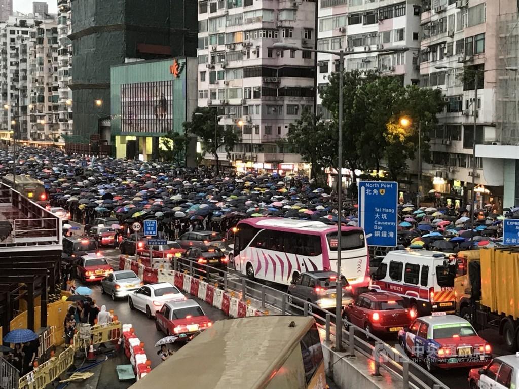 香港民間人權陣線18日在維園舉行流水式集會,後因現場人數眾多轉為「遊行」。圖為至晚間18時許,遊行人士擠滿告士打道現場。中央社記者沈朋達香港攝 108年8月18日
