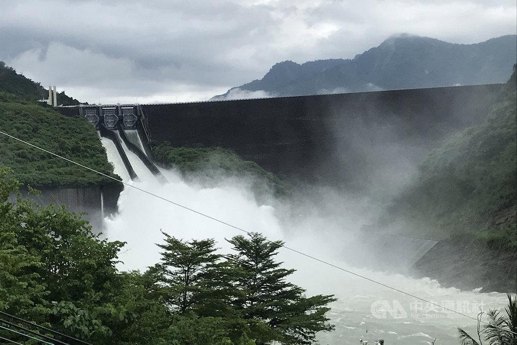 南部地區近日雨勢驚人,台南曾文水庫也持續調節性放水,據南區水資源局統計,從7日起至19日上午11時止,已放水達4.79億立方公尺。(南區水資源局提供)中央社記者楊思瑞傳真 108年8月19日