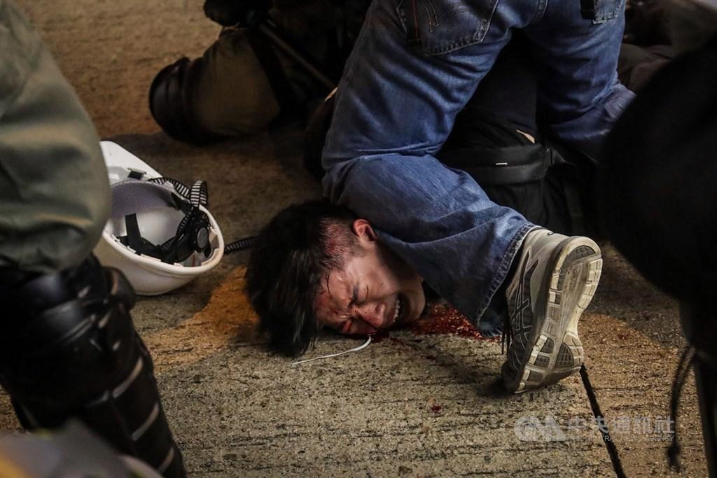 香港「反送中」示威者11日晚間與警方衝突,港警以突擊方式逮捕示威者,將示威者壓制在地。中央社記者吳家昇攝 108年8月11日