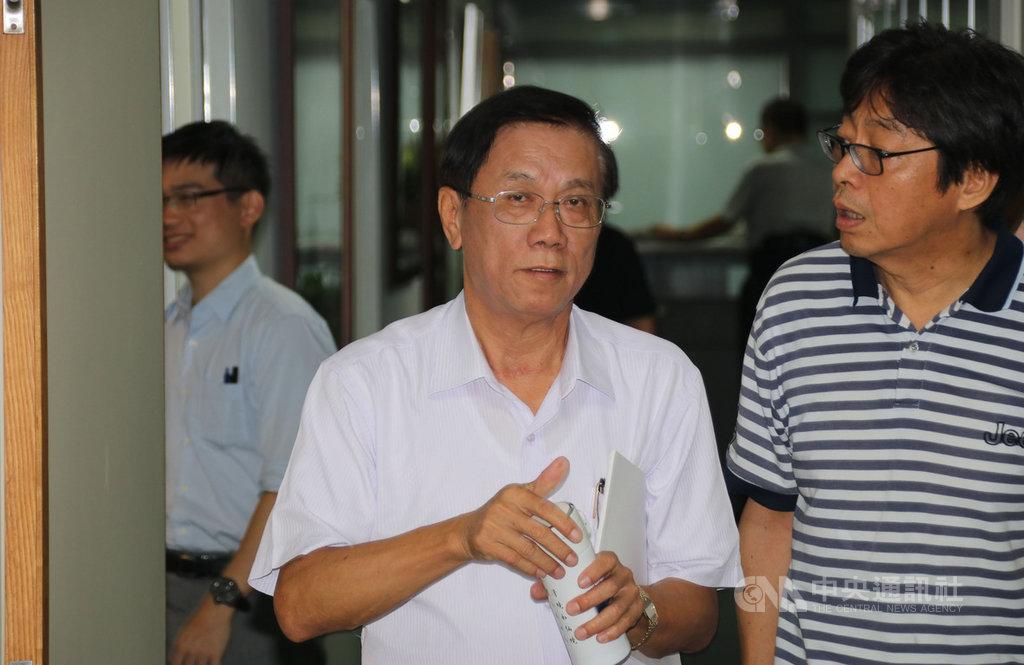 南投縣長林明溱(中)19日上午主持縣務會議,會後面對媒體追問有關「不合作就退黨」風波;林明溱說,從現在開始,有關總統選舉的事,自己一概不表示意見,因為「皇帝不急,急死太監」。他的輔選策略就是用行動幫韓國瑜在南投縣得票數「衝到第一名」。中央社記者蕭博陽南投縣攝  108年8月19日