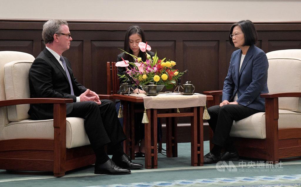 總統蔡英文(右)19日在總統府接見澳大利亞前國防部長派恩(Christopher Pyne)(左),蔡總統在談話時呼籲中國,不要把香港反送中運動責任推卸給不存在的力量。中央社記者王飛華攝 108年8月19日