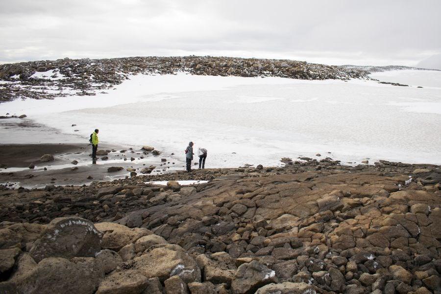 冰島的OK冰川在2014年失去冰川地位,以大約700歲的年紀死去。圖為積雪覆蓋已死去的OK冰川。(法新社提供)