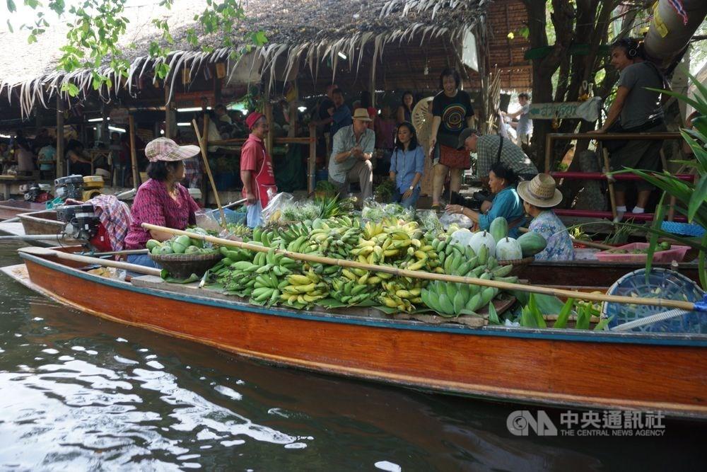 泰國內閣會議20日通過延長赴泰落地簽證免費措施,包括台灣在內等19個國家和地區旅客均可申請,期限延到2020年4月30日。圖為曼谷周邊的水上市場。(中央社檔案照片)