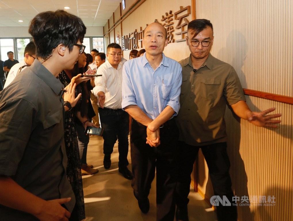 高雄市長韓國瑜(前右2)20日在鳳山行政中心主持市政會議,會後步出會議室,準備接受媒體訪問。中央社記者董俊志攝 108年8月20日