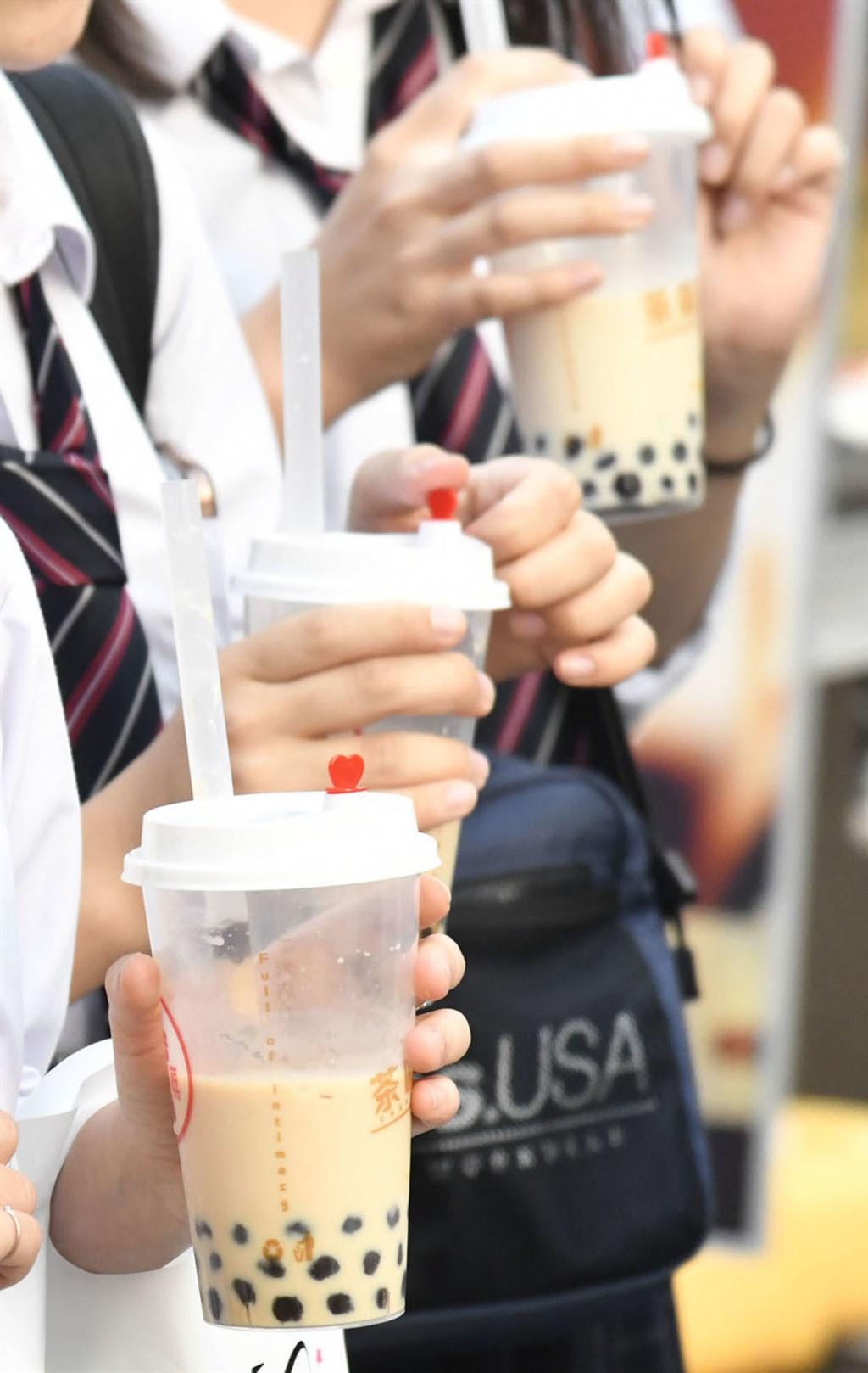台灣國民飲料珍珠奶茶在日本引爆熱潮,作為珍奶主角的粉圓,光是2019年上半年進口量及金額就創新高。(共同社提供)
