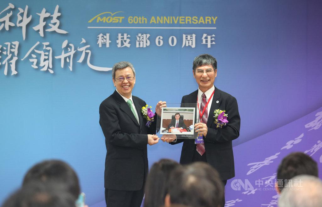 科技部60週年茶會,科技部長陳良基(右)致贈紀念相框給副總統陳建仁(左)。(科技部提供)中央社記者吳柏緯傳真  108年8月20日