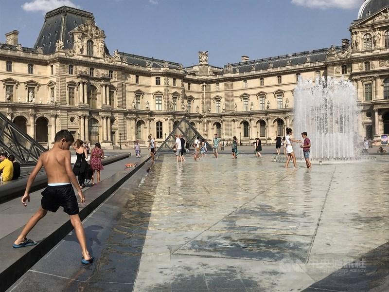 研究指出,全球氣溫增幅增加攝氏2度,炎熱期間長達超過兩週的機率仍會增加,北美洲東部地區、歐洲中部與亞洲北部,持續時間均將拉長。圖為法國民眾在噴泉戲水解暑。(中央社檔案照片)