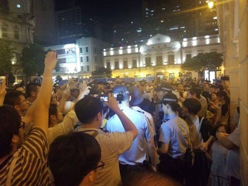 聲援香港「反送中」的澳門默站行動,19日遭大批警察強力排除。(民眾提供/圖取自facebook.com/macau.standwithHK)