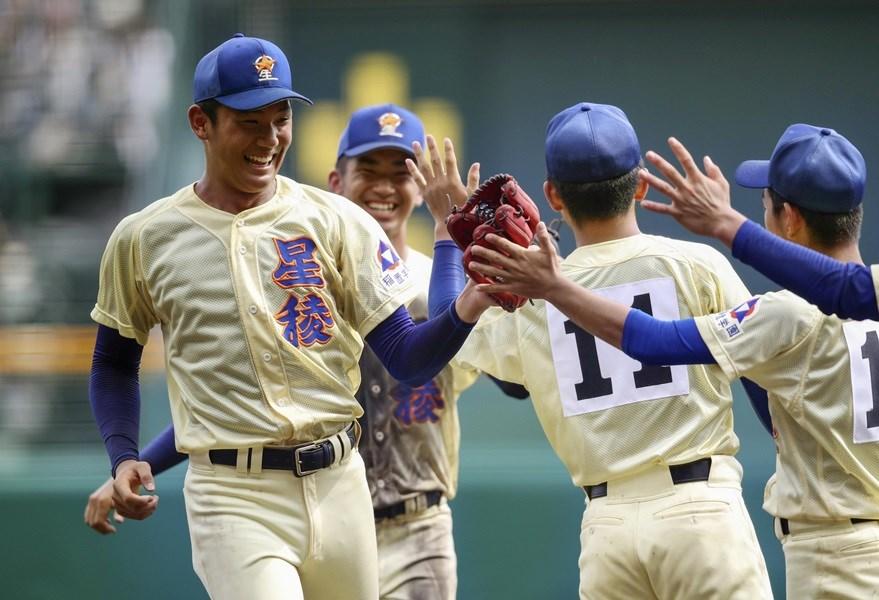 日本夏季甲子園20日進行四強賽事,星稜高校在強投奧川恭伸領軍(左)下9比0完封對手。(共同社提供)