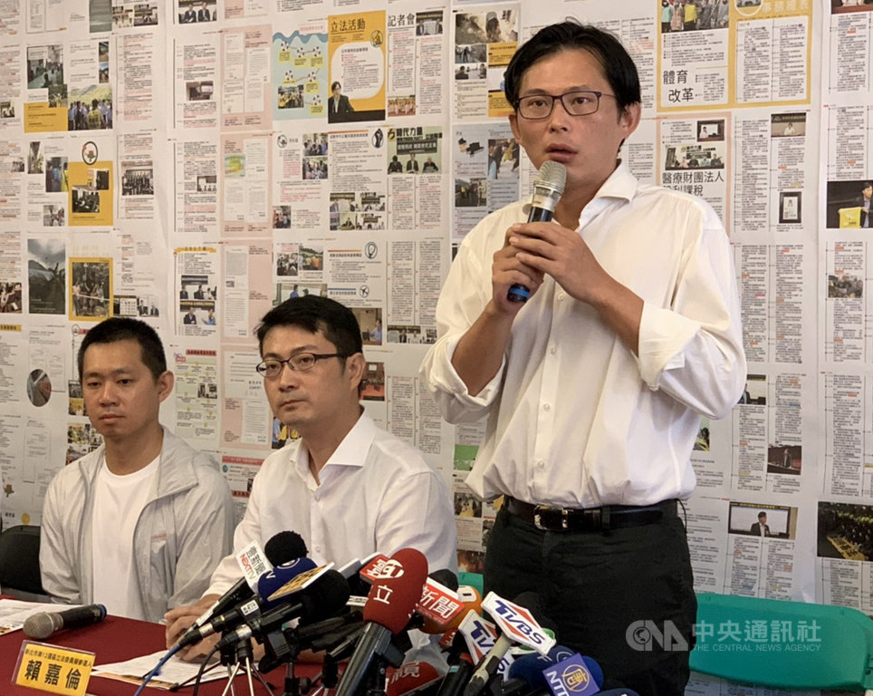時代力量立委黃國昌國會辦公室主任賴嘉倫(中)20日宣布參選新北市第12選區立法委員選舉,黃國昌(右)則表示至今還沒答應列不分區。中央社記者葉臻攝 108年8月20日