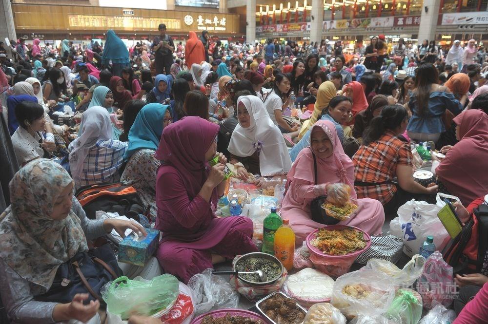 泛阿拉伯媒體報導,台灣不僅歡迎穆斯林移民,甚至南向推觀光,歡迎穆斯林到台灣旅遊。圖為穆斯林移工在台北車站大廳參與穆斯林開齋節活動。(中央社檔案照片)