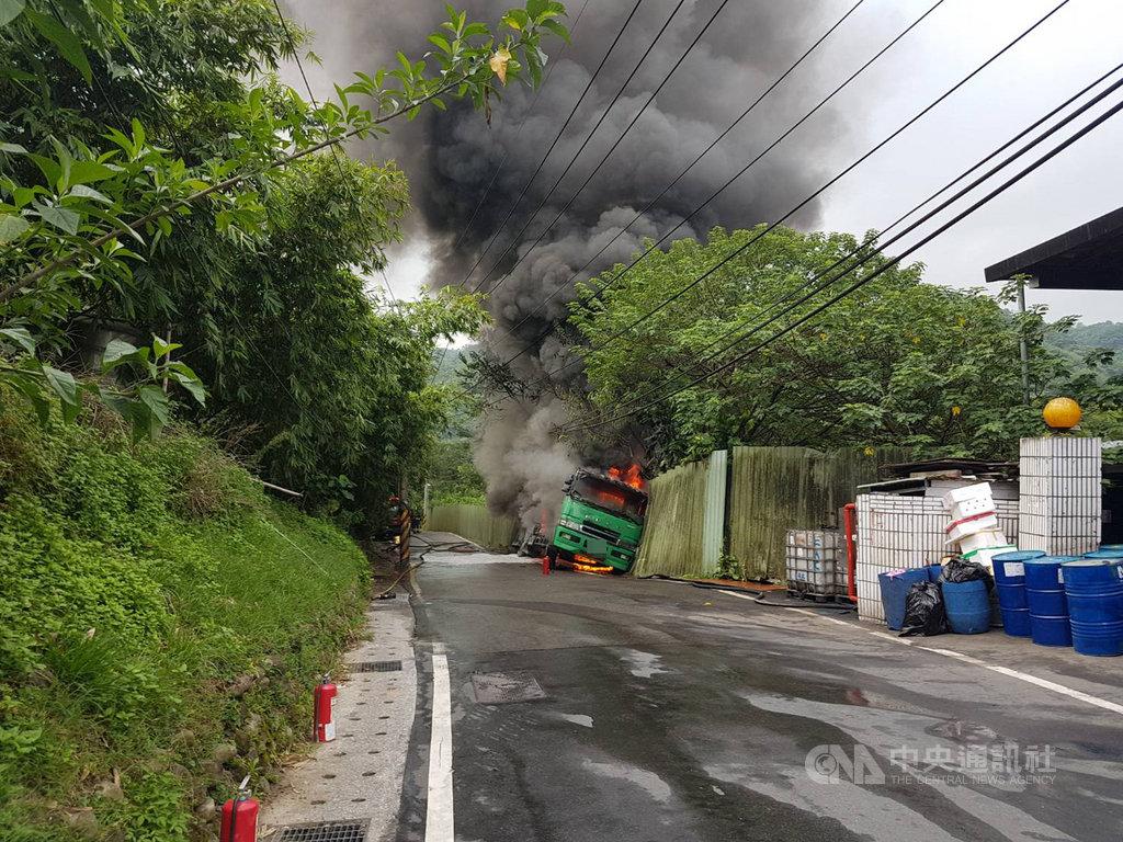 位於五股區民義路二段的鐵皮工廠21日上午冒出火煙,根據報案者描述是一輛化學槽車疑擦撞工廠鐵皮圍籬後起火燃燒。(警消提供)中央社記者王鴻國傳真  108年8月21日