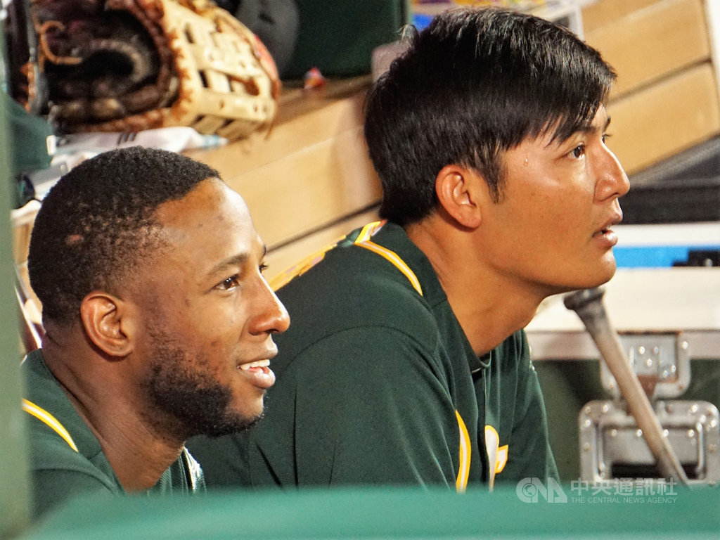 美國職棒奧克蘭運動家隊台灣投手王維中(右)與二壘手普羅法(Juremi Profar)在板凳席上互動良好。王維中說兩人一見如故,15年前曾經在威廉波特的世界少棒賽同場對戰。(資料照片)中央社記者林宏翰洛杉磯攝 108年8月21日