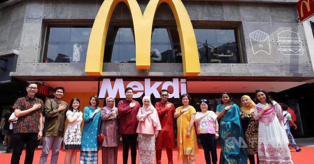 為了用創意方式迎接馬來西亞國慶日及馬來西亞成立日,馬國麥當勞突發奇想,將位於吉隆坡最具地標性的麥當勞招牌,從McDonald改成馬來文拼寫方式Mekdi。(取自大馬麥當勞臉書)中央社記者郭朝河吉隆坡傳真  108年8月21日