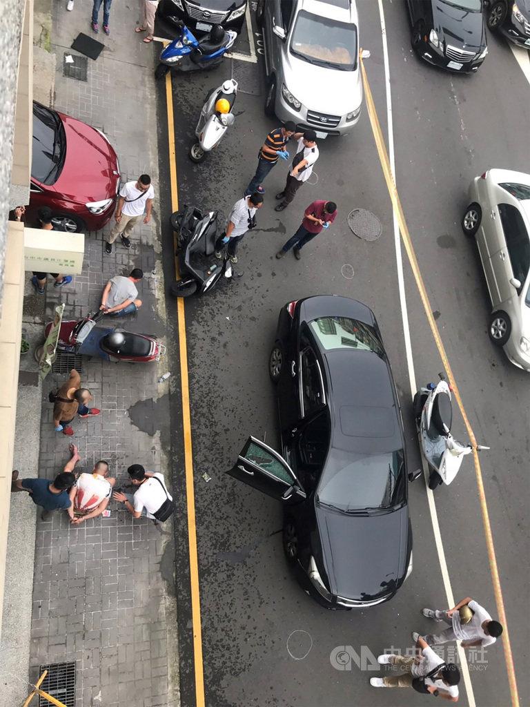 台中市警察局第六分局21日下午跟監詐欺嫌疑人的車輛時,嫌犯可能發現遭人跟監,逃逸過程中撞及一輛機車,造成女騎士輕傷,警方朝嫌犯車輛開出4槍,破窗將2名嫌疑人壓制在地帶回偵訊。(民眾提供)中央社記者郝雪卿傳真  108年8月21日