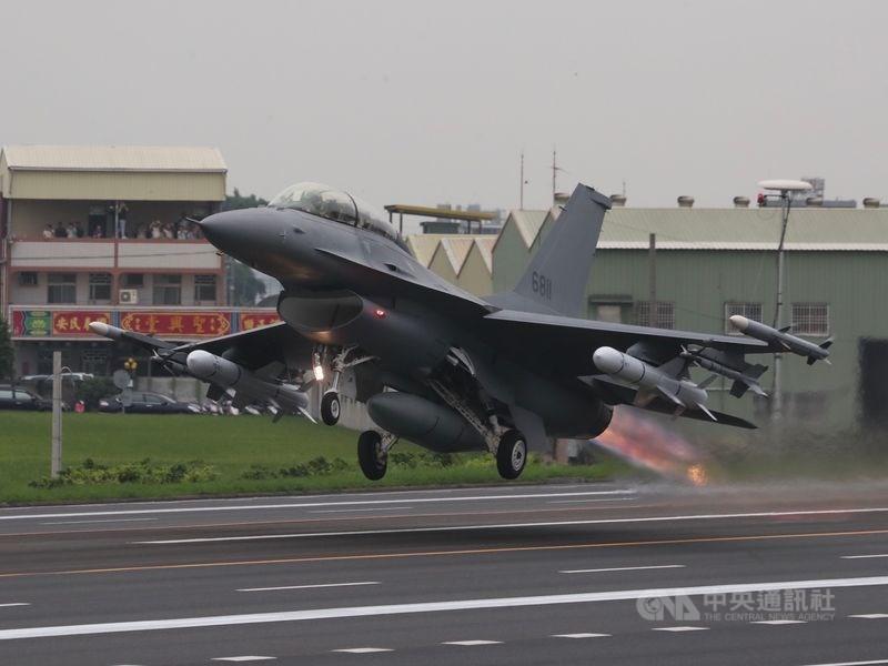 美國國務院8月20日正式通知國會,美國政府批准售台F-16戰機。圖為經由「鳳展專案」改良的F-16V戰機。(中央社檔案照片)