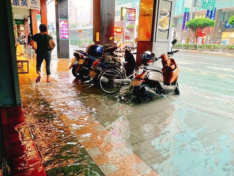 新北市三重區21日午後大雨,時雨量超過70毫米,有多處積水。(圖取自facebook.com/weare241)