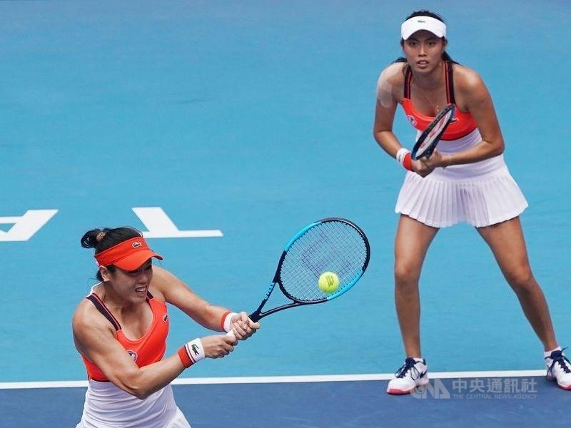 台灣網球雙打姊妹花詹詠然(左起)與詹皓晴21日在紐約網球公開賽女雙8強賽,擊敗烏克蘭女將琪涵諾克及哈薩克女將沃斯柯柏娃組合,闖進4強。(中央社檔案照片)