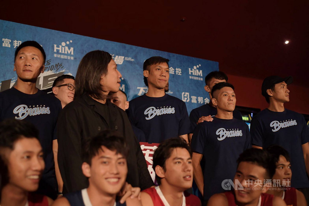 台灣籃壇球星「野獸」林志傑(中)22日下午宣告正式加盟富邦勇士隊後,晚間隨即與隊友合體,以行動力挺以高中籃球為創作元素的電影。(富邦金控提供)中央社記者龍柏安傳真 108年8月22日