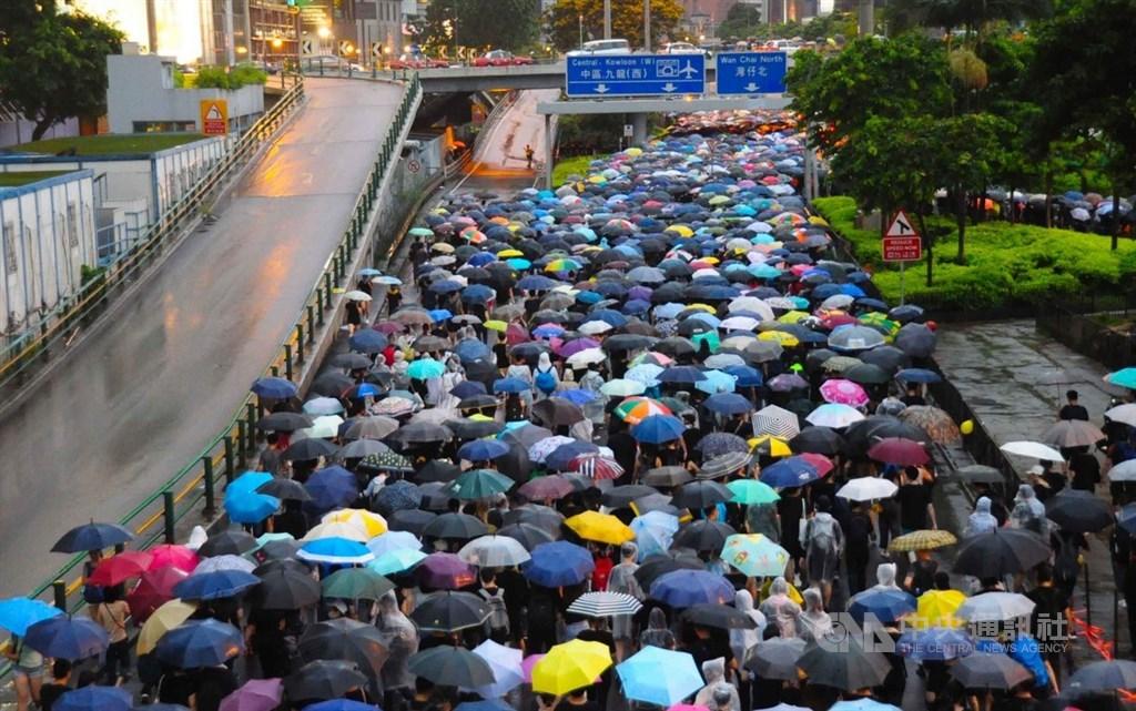 香港反送中抗爭已延燒2個多月,中國政府試圖將抗議群眾塑造成受到外國勢力操弄的暴徒。紐時報導分析,這是中國「軟實力」的失敗。圖為18日香港民陣主辦的反送中集會。(資料照片) 中央社記者沈朋達香港攝 108年8月22日