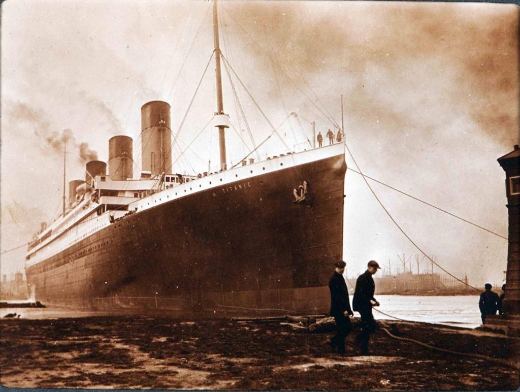 「鐵達尼號」是一艘載有2200名旅客和船員的客輪,1912年從英國南安普敦(Southampton)首航,準備前往紐約,中途卻撞上冰山,沉入海底,造成超過1500人死亡。(圖取自維基共享資源網頁,版權屬公有領域)