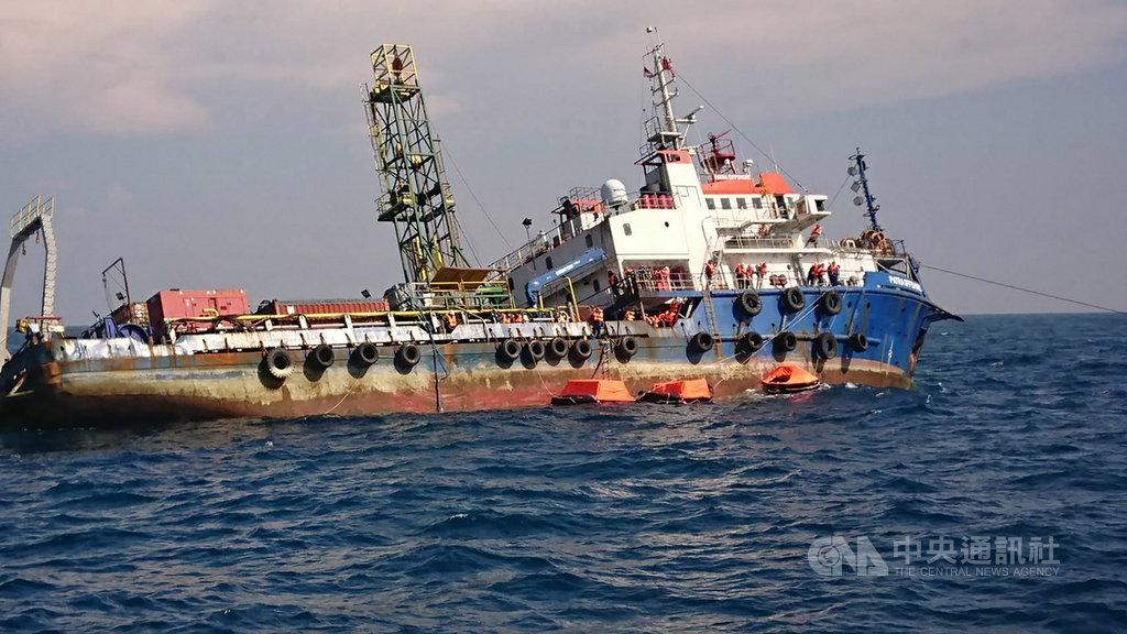 離岸風機工作船「派翠」號22日下午在彰化外海發生傾斜進水意外,海巡署獲報後隨即派出多艘艦艇馳援,所幸船上待援40人皆平安獲救。(海巡署中部分署提供)中央社記者蘇木春傳真 108年8月22日