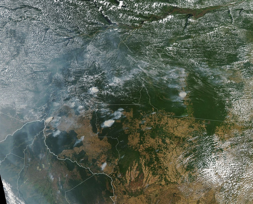 美國國家航空暨太空總署發布8月拍攝的衛星圖像顯示,亞馬遜地區的火災煙霧蔓延到巴西各地。(圖取自facebook.com/NASAGoddard)