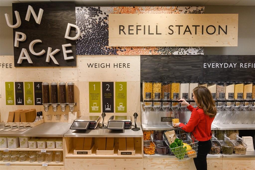 英國超市已展開「裸賣」,也就是在有環保意識的消費者施壓下,將陳售的商品除去塑膠包裝。圖為牛津城連鎖超市維特羅斯的無塑料商品區。(圖取自twitter.com/waitrose)