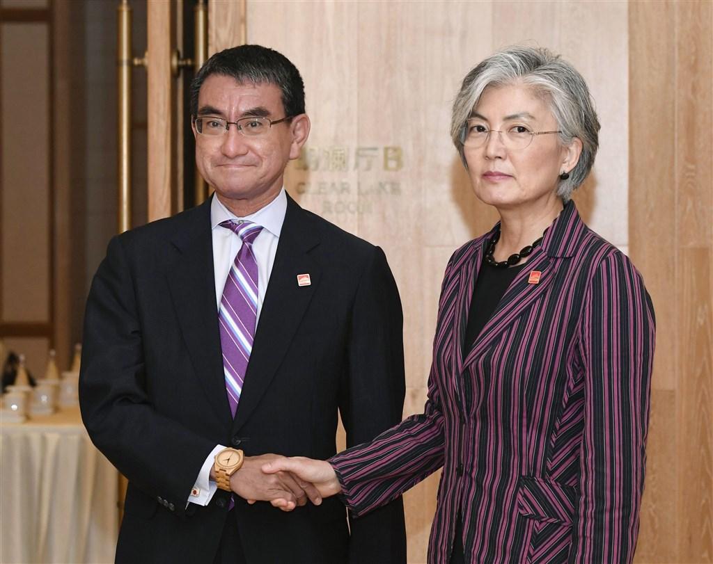 日本外務大臣河野太郎(左)在與南韓外交部長官康京和(右)會晤後發表談話,稱雙方在面對前徵用工的紛爭上有共同看法。(共同社提供)