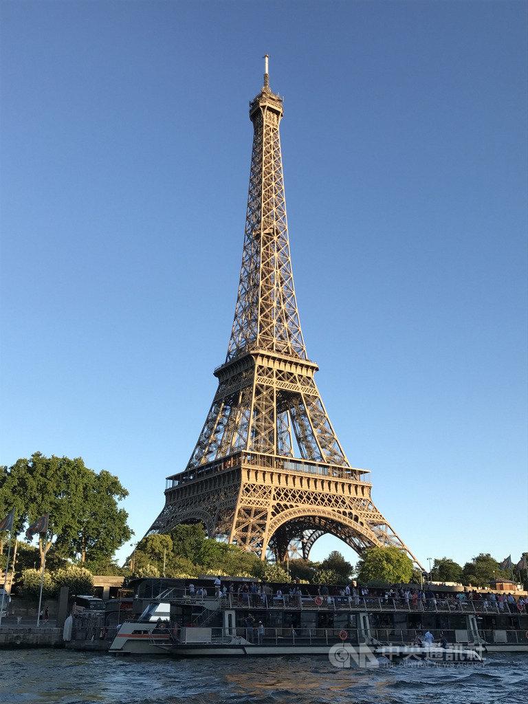 巴黎艾菲爾鐵塔今年慶祝落成130週年,為促進遊客在塔上紀念品店消費的意願,將翻新商店,預計明年開張。中央社記者曾依璇巴黎攝 108年8月22日