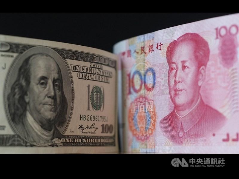 人民幣兌美元匯率22日貶破7.07關口、跌至11年的新低點之後,中國主要國有銀行拋售美元以支持人民幣。(中央社檔案照片)