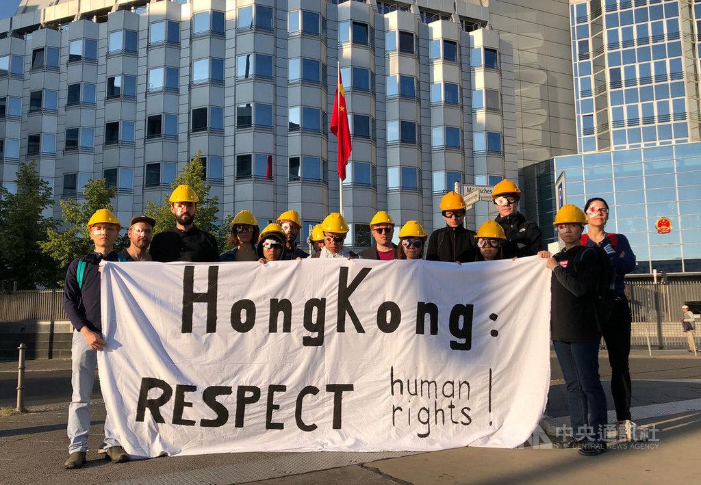 港人在中國駐德國大使館前示威,呼籲香港特區政府回應港人實施普選等5大訴求。中央社記者林育立柏林攝 108年8月23日