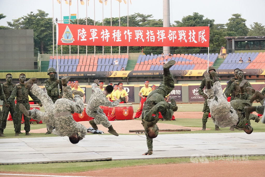 慶祝九三軍人節,23日中職中信兄弟隊開場表演活動盛大,除了戰鼓表演,還有陸軍特種作戰指揮部戰技隊操演,吸引觀眾目光。中央社記者謝靜雯攝  108年8月23日