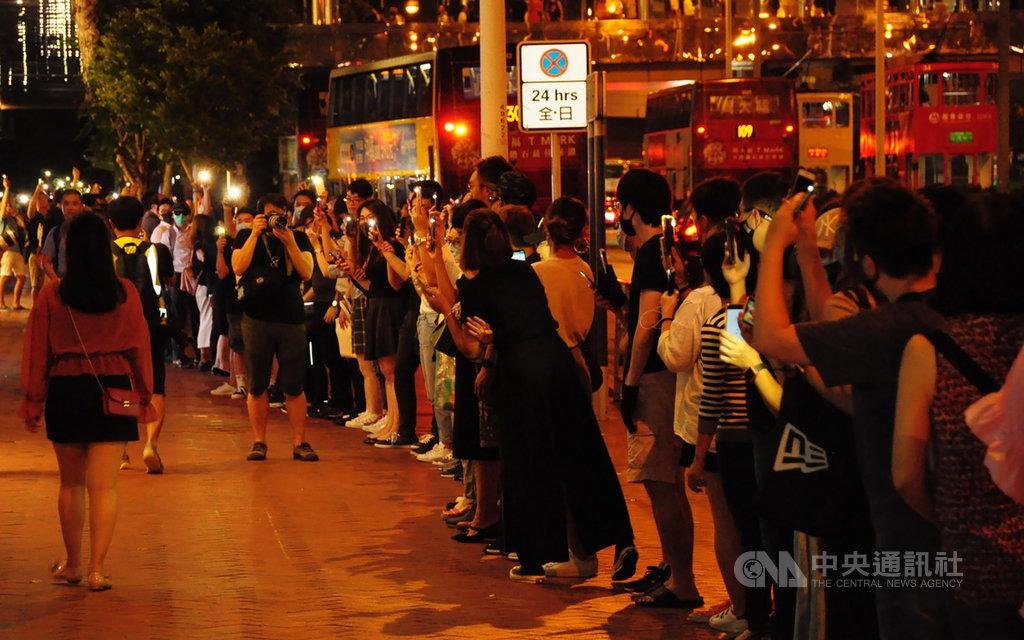 香港23日晚間出現「香港之路」活動,示威者牽手串起人鏈,蔓延全港多區,並在晚間9時左右和平解散。中央社記者沈朋達香港攝 108年8月23日